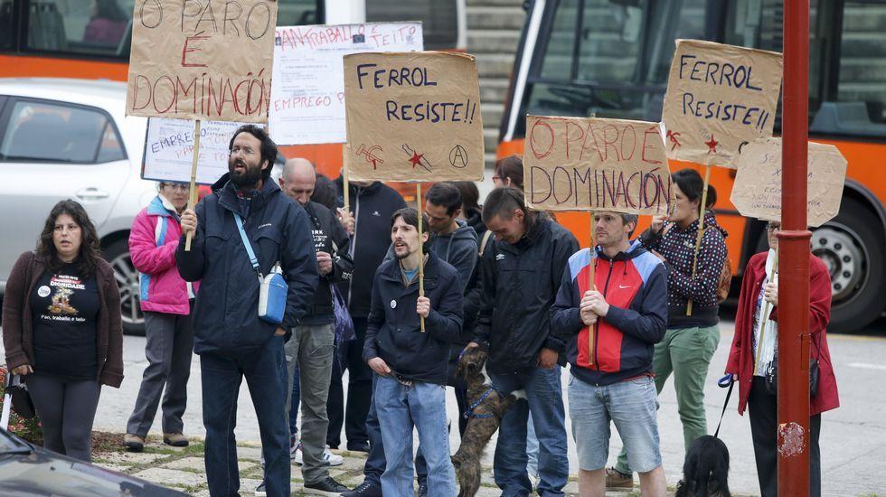 Protesta frente al teatro Jofre de Ferrol, donde el PP celebraba el mitin central de campaña