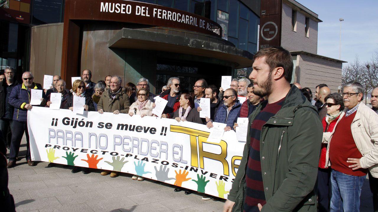 Concentración de la Plataforma por el Plan de Vías de Gijón frente al Museo del Ferrocarril
