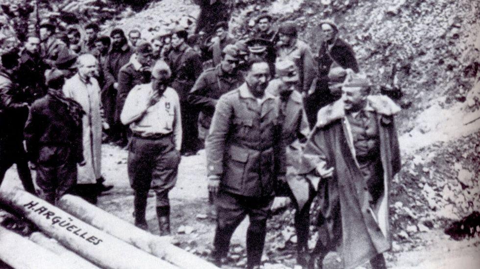 Varios comunistas portando banderas por las calles.Franco en Tarna junto al Coronel Aranda