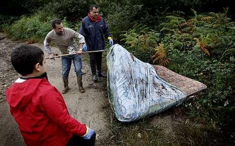 Dispositivo de búsqueda en el río Umia.En el Liñares se recogieron 150 kilos de basura y en el Vea 1.000.