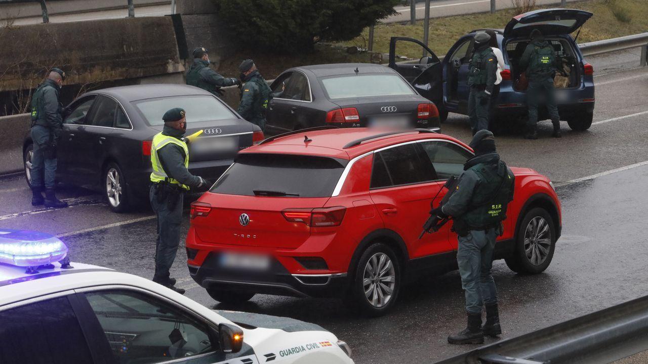 Vista de un control de la Policía Local de Gijón a la entrada de esta ciudad que se encuentra con cierre perimetral