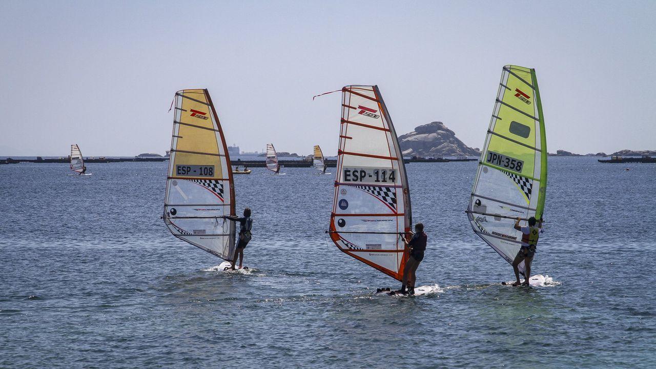 Así se vivióel Campeonato Gallego por Equipos de Optimist, en Cabo de Cruz.Ángela Pumariega, que en la imagen aparece junto a Marta Echegoyen y Sofía Toro, comanda la travesía