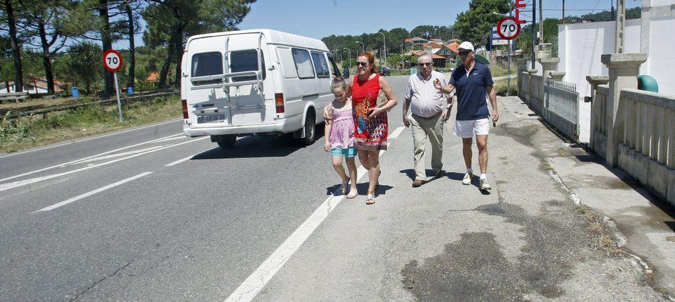 Así queda el Consello da Xunta.En el verano, miles de viandantes se desplazan a pie por arcenes casi inexistentes o en mal estado entre Portonovo y a Lanzada.