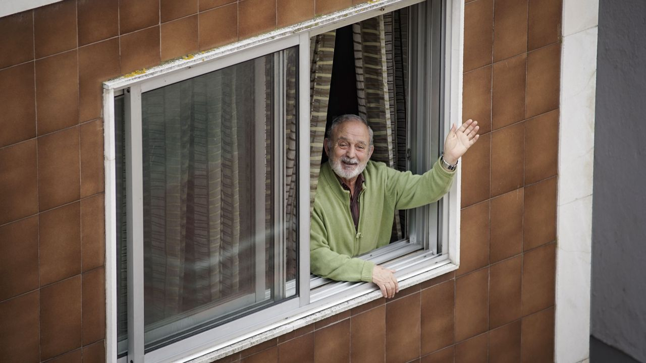 El ourensano José Gregorio Prol, O Rizos, celebró su 80 cumpleaños desde la ventana con sus vecinos de la rúa Ribeiriño