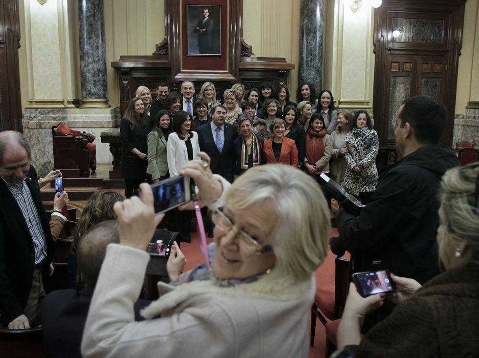 Adele - Hello.Las premiadas se fotografían con el alcalde Carlos Negreira.