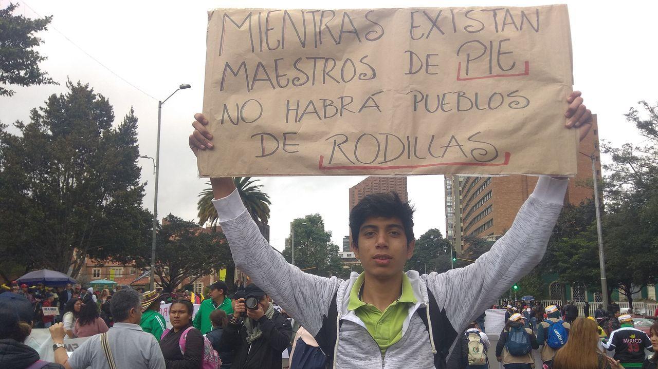 Felipe Alfocab, hijo de una victima de «falsos positivos» en una manifestación contra el Gobierno de Duque