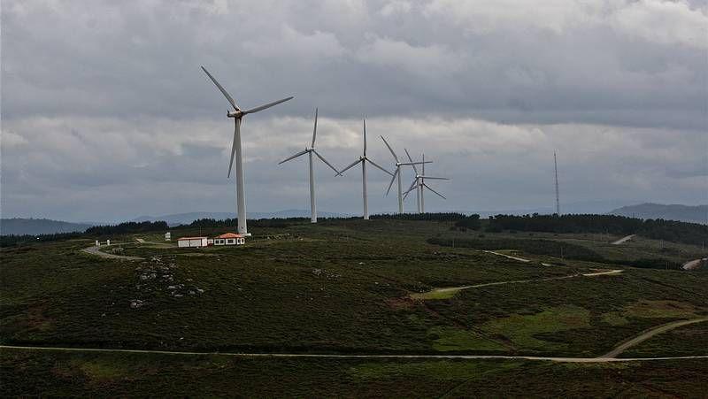 Fuerte temporal en el mar en Galicia.Parque eólico de Vilán.
