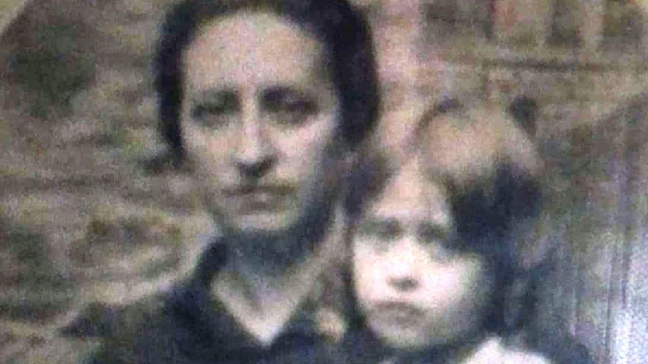 Consuelo Alonso con Pilar Pérez Alonso, una de sus hijas