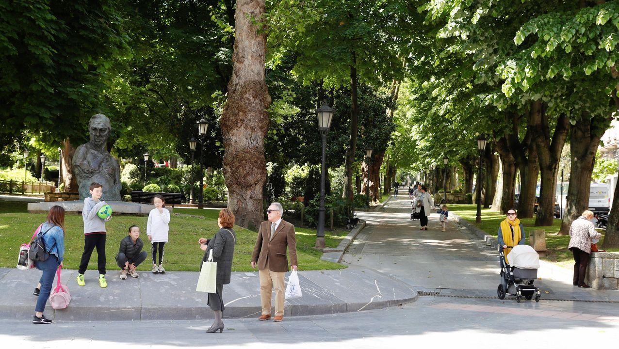Varios niños disfrutan de un parque en Oviedo