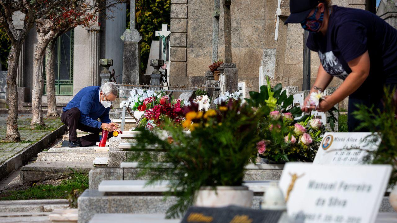 Vecinos de Porto, en Portugal, con mascarilla acondicionan las tumbas de sus familiares en vísperas de Difuntos