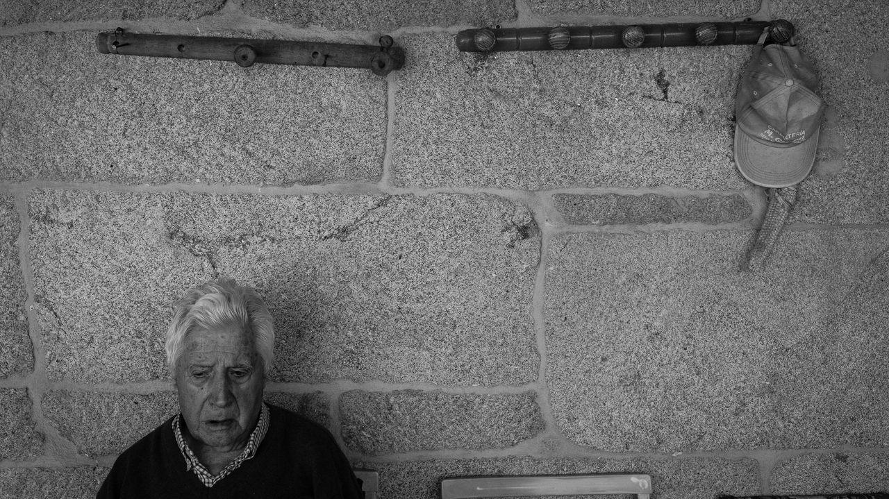 Bento, a la entrada de su casa en la localidad portuguesa de Tourém