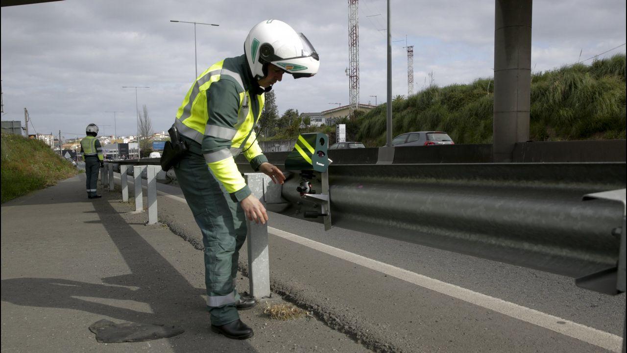El #TopVacacional de la DGT: hospital, cárcel o cementerio.Colocación de un radar Velolaser de la Guardia Civil en una carretera de A Coruña