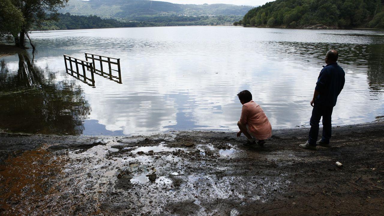 El Miño en Ourense, en prealerta. Piscinas de Oira inundadas.Una bañista en la playa de Mogor
