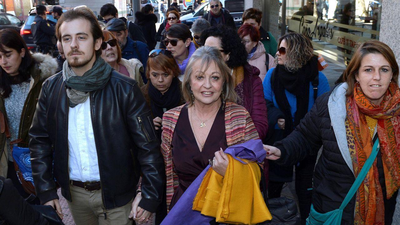 La activista feminista Blanca Cañedo (c), una de las fundadoras de la Clínica Belladona en Asturias, a su llegada esta mañana al juzgado de Valladolid