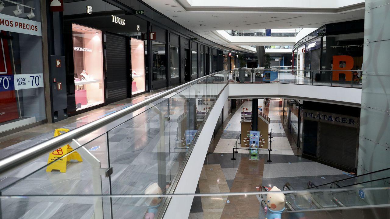 Los efectos de la pandemia también impactan duramente sobre los que menos tienen.El centro comercial As Cancelas, en Santiago, completamente vacío por las nuevas restricciones anticovid
