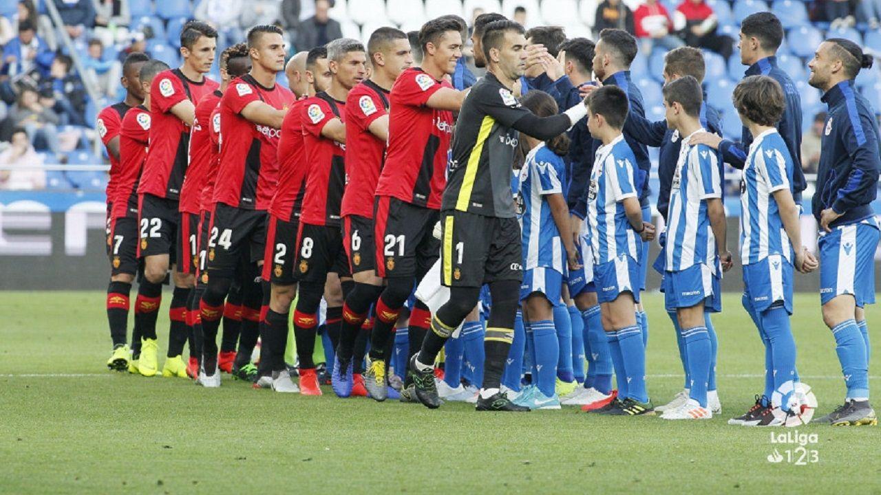Deportivo y Mallorca se saludan antes de comenzar el encuentro
