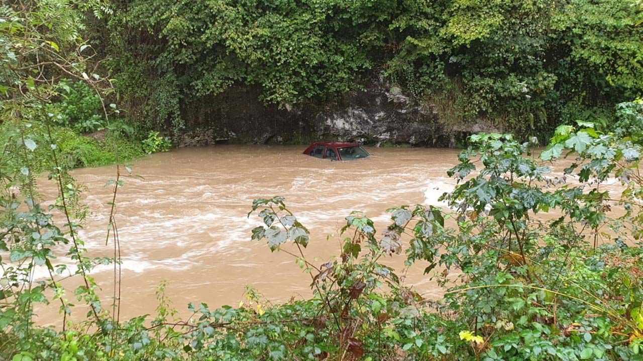 El temporal se ceba con Llanes.El coche, en el río