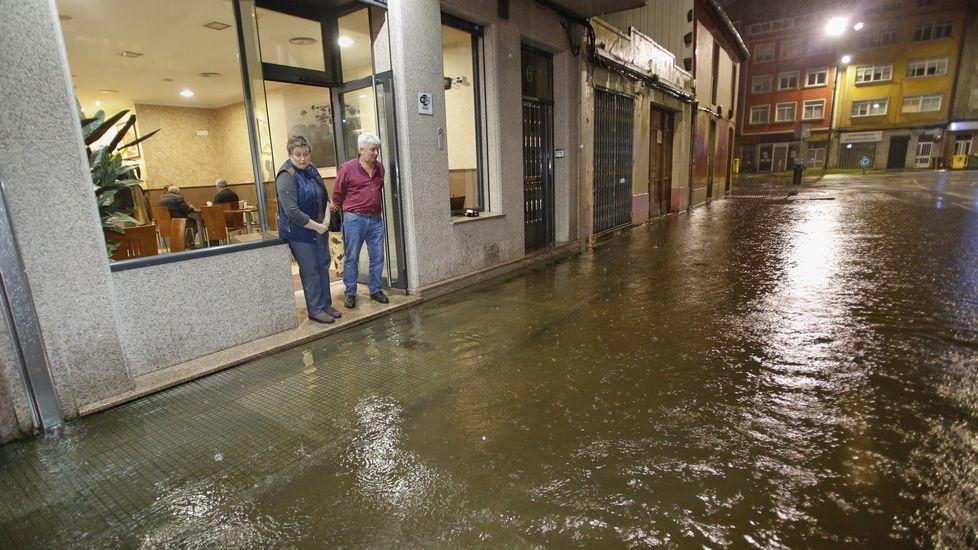 Inundaciones anoche en la calle Verdiillo de Carballo.