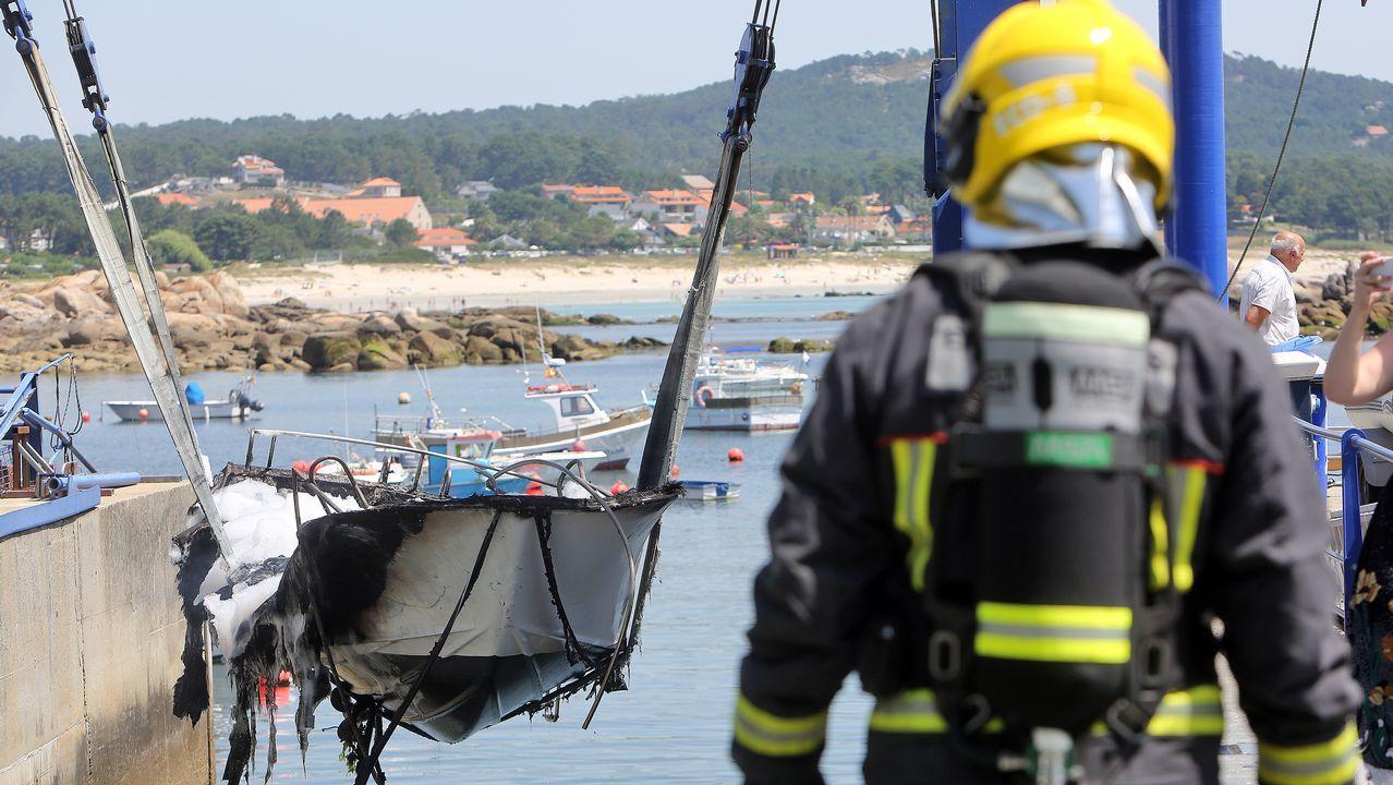 El fuego devora una embarcación de recreo en San Vicente tras una explosión.Imagen de la llegada a puerto de 25 personas rescatadas este viernes tambien en el mar de Alborán