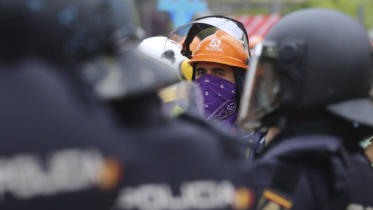 Un trabajador de Alcoa (empresa afectada por la falta de incentivos eléctricos) en una protesta en Santiago