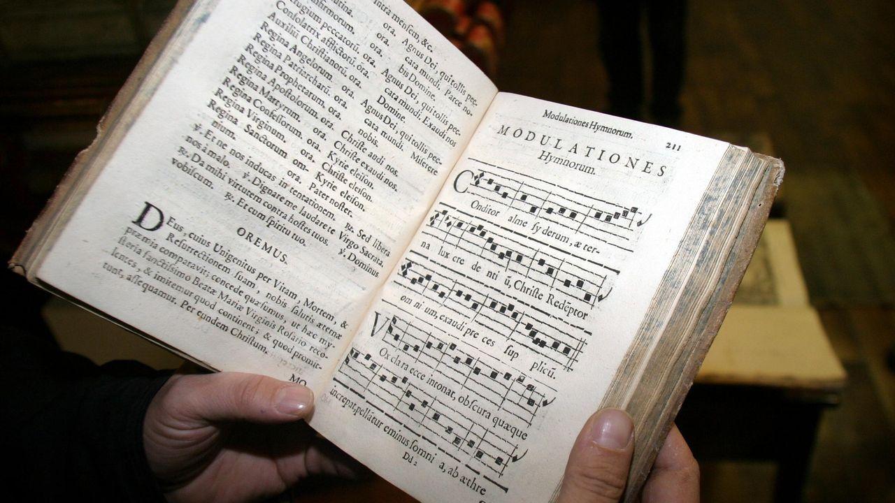 En el 2005 se descubrió en el desván del convento monfortino de Santa Clara un valioso conjunto de libros legado por la sexta condesa de Lemos, Catalina de Zúñiga. En la imagen, un tratado de música renacentista perteneciente a esta colección