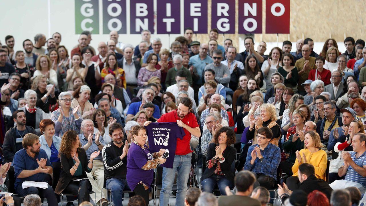 El candidato presidencial de Unidas Podemos Pablo Iglesias (c) durante un acto electoral celebrado este lunes en Oviedo