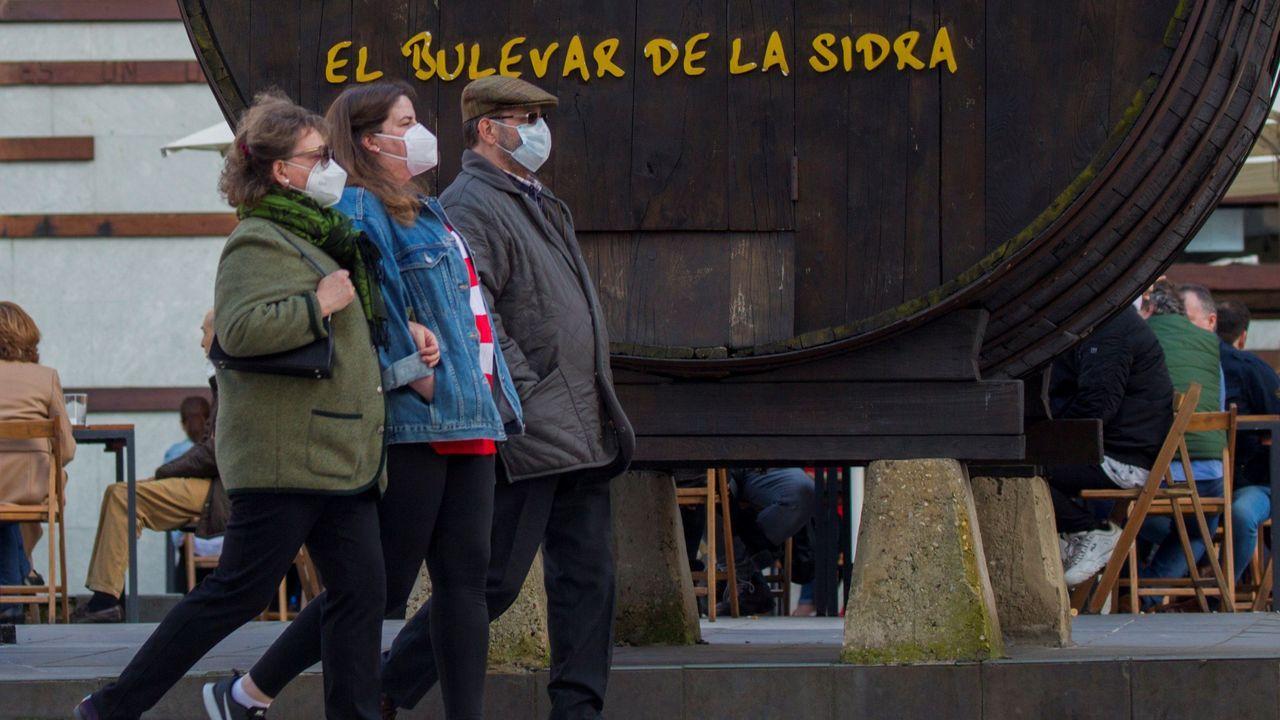 Dimite el 'número dos' de la Guardia Civil, el general Laureano Ceña.Imagen de una sidreria en Oviedo que aprovechando el buen tiempo ha decidido este sábado para reabrir sus puertas.
