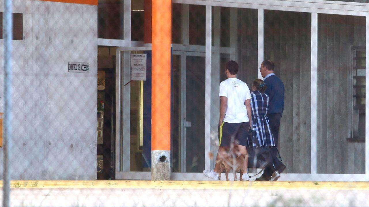 Instituto de Medicina Legal de Asturias, en La Corredoria.Pego, con jersey azul, entrando este jueves en el penal pontevedrés.
