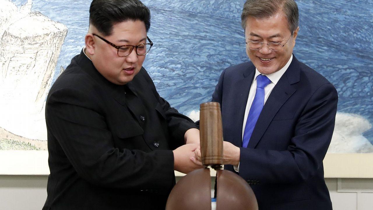 Imagen del histórico encuentro entre el dirigente norcoreano y el presidente surcoreano