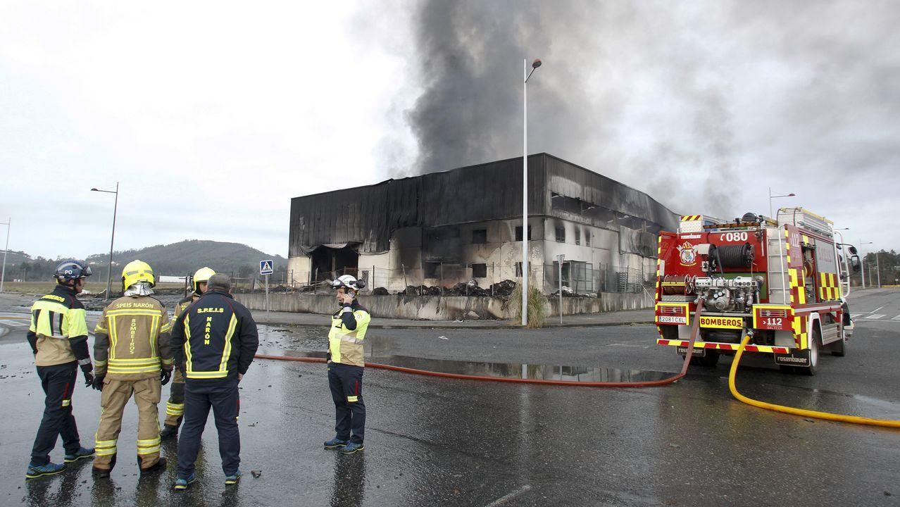 Así ha quedado la nave incendiada en Narón.Trabajadores de Health in code, este viernes en la sede de la firma en Oza