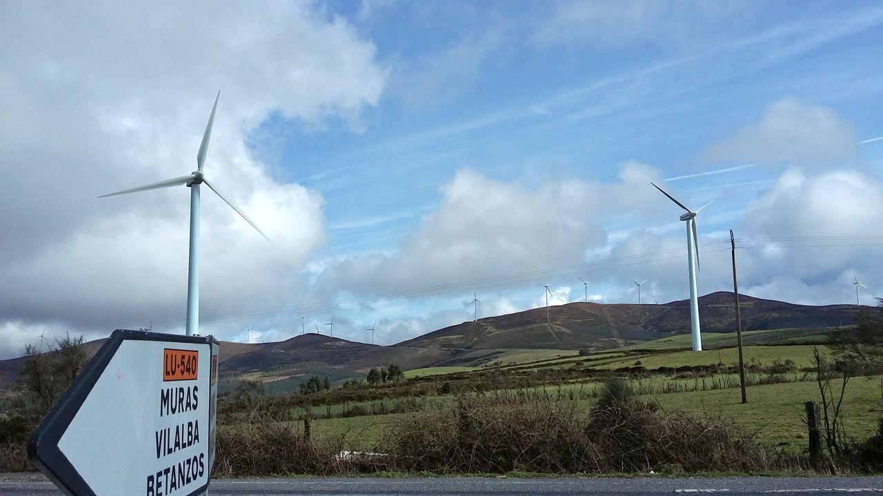 Generar energía manteniendo un compromiso verde.Aerogeneradores en Muras, cerca del alto da Gañidoira y de la carretera Viveiro-Cabreiros (LU-540)