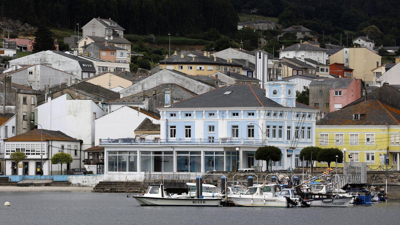 De azul claro pinta el edificio de la cofradía de Celeiro, entidad pesquera que respalda las reivindicaciones vecinales