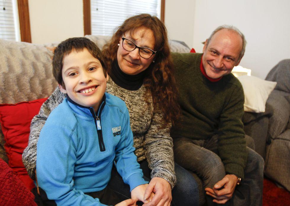 La presentación del iPhone SE, en imágenes.Matías Rey Mourelle, de 8 años, con sus padres en la vivienda familiar de Milladoiro.