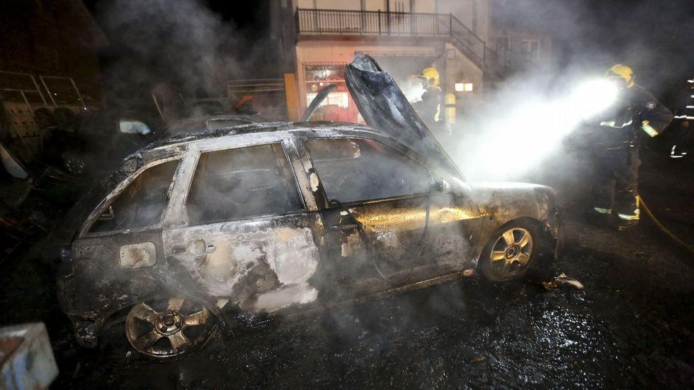Arden tres coches de forma accidental en un taller mecánico de Cabana