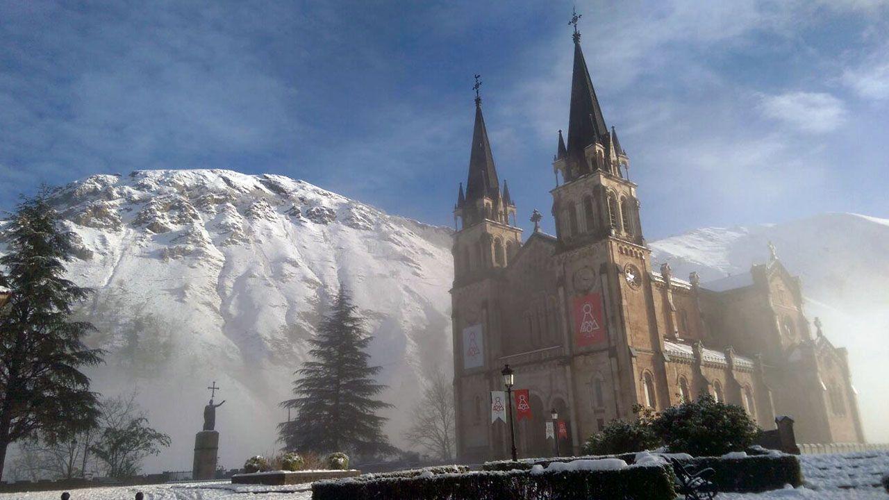 Carretera abierta alrededor de la nieve en Somiedo.La basílica de Covadonga