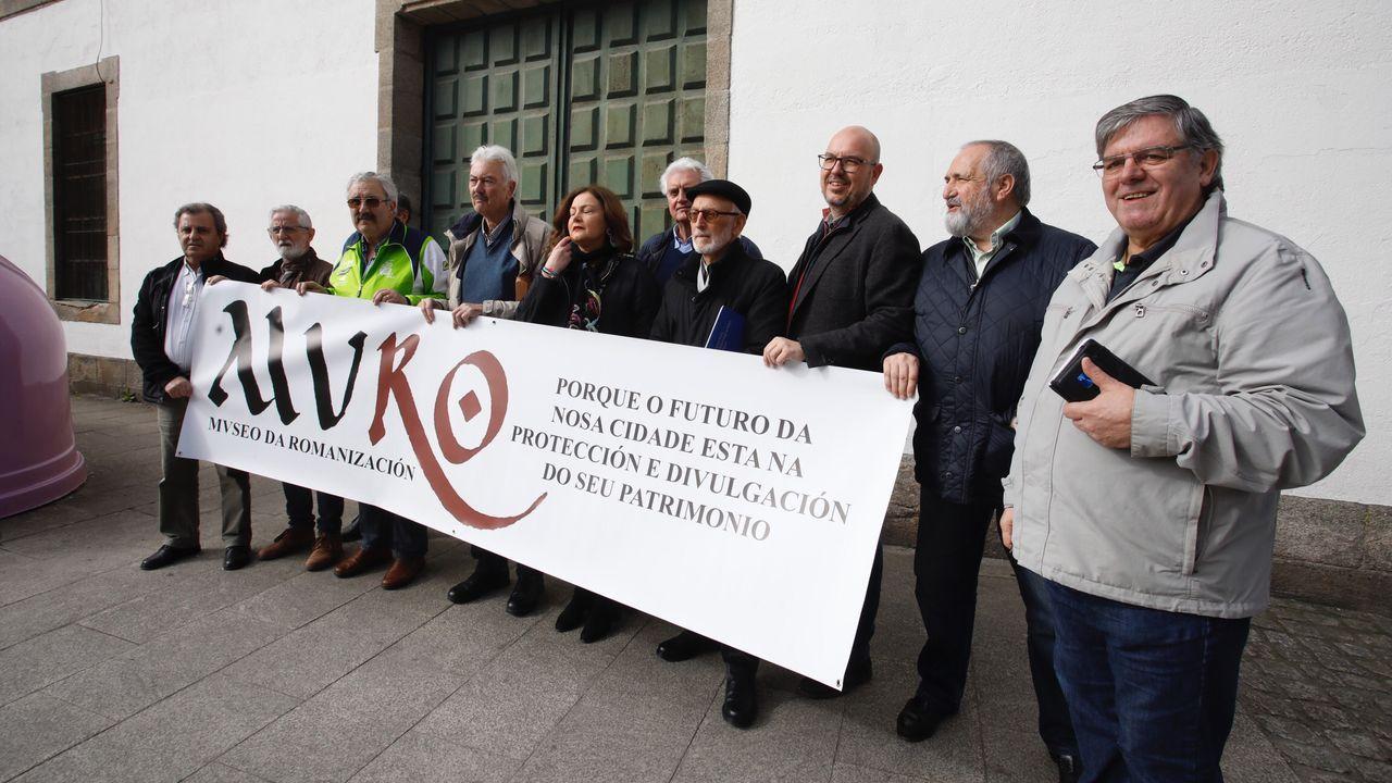 El Lugo que nos estamos perdiendo.Integrantes de la Plataforma Muro delante del cuartel de San Fernando