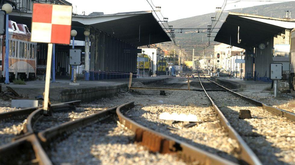 Obras frente a la estación de tren.Cambio de vías en la estación de ferrocarril de Monforte