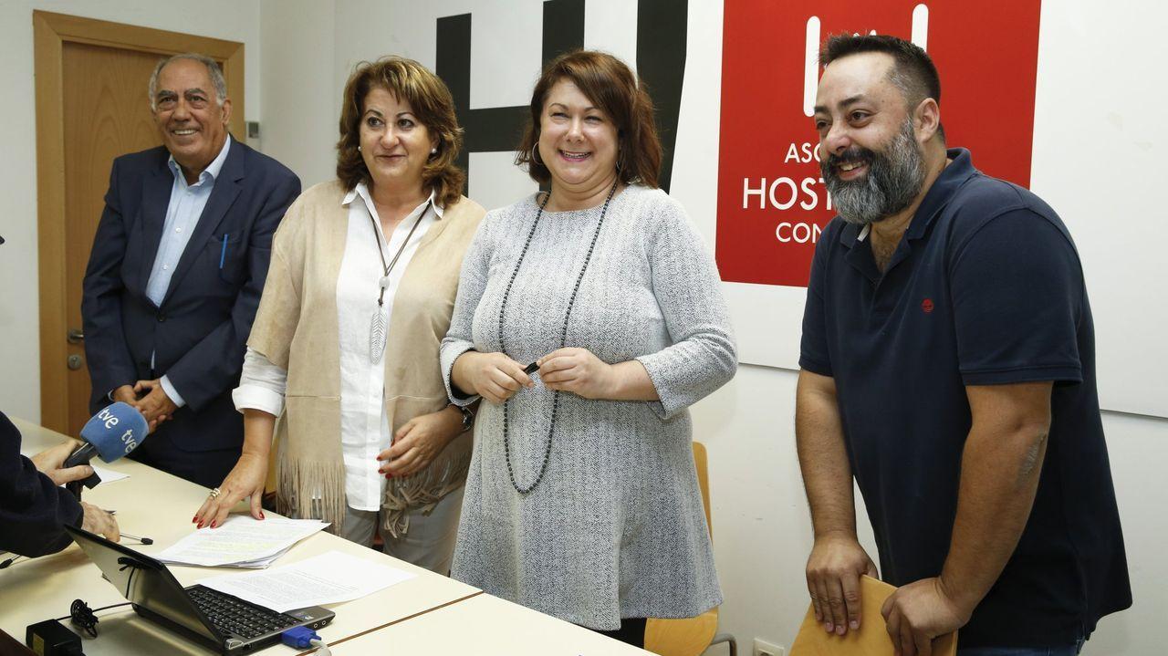 La casa en la que Carmen Nieto ha vivido 40 años.Sara Santos, segunda por la izquierda, en un acto de la Asociación Hostelería Compostela