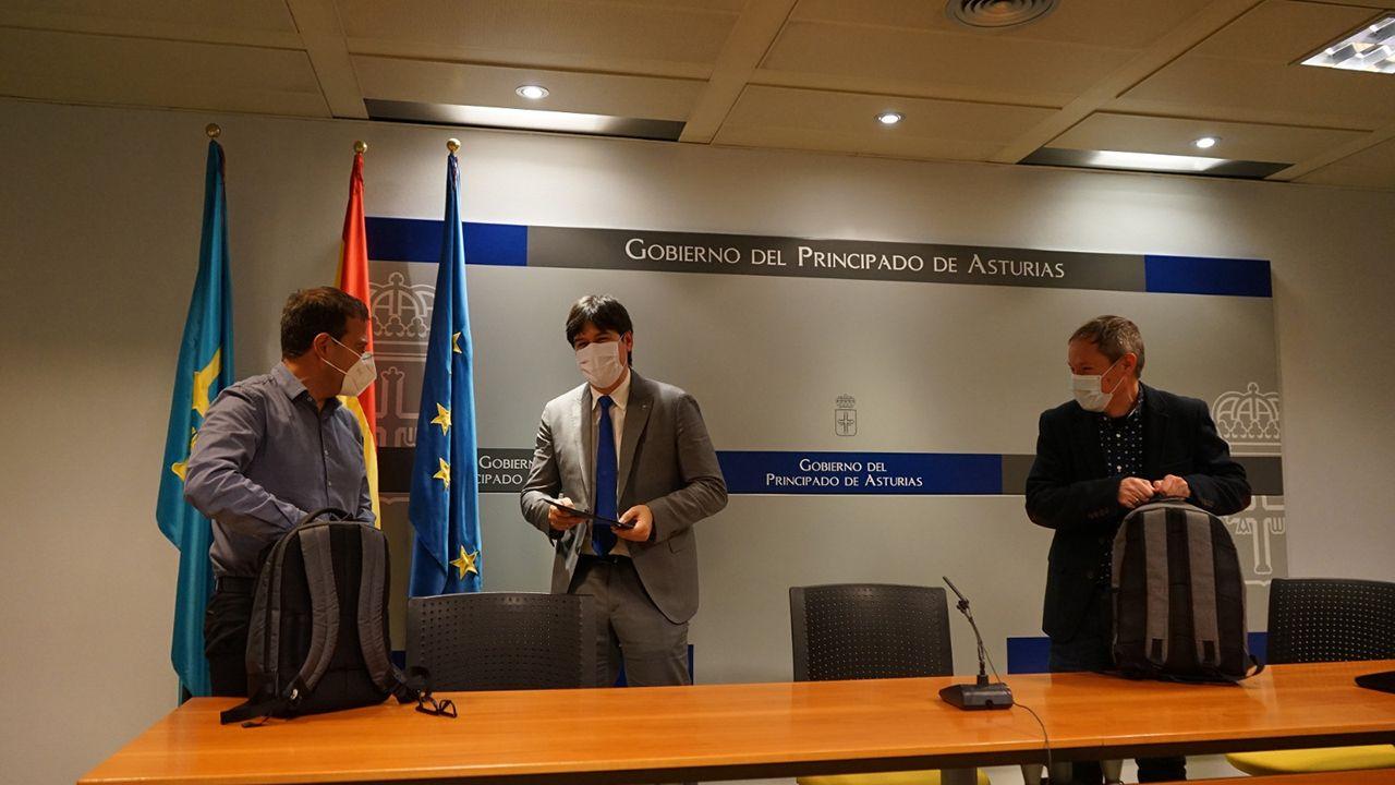 Borja Sánchez, consejero de Ciencia; Fernando Rubiera, director de la Cátedra para el análisis de la innovación en Asturias; y el subdirector de la misma, Esteban Fernández
