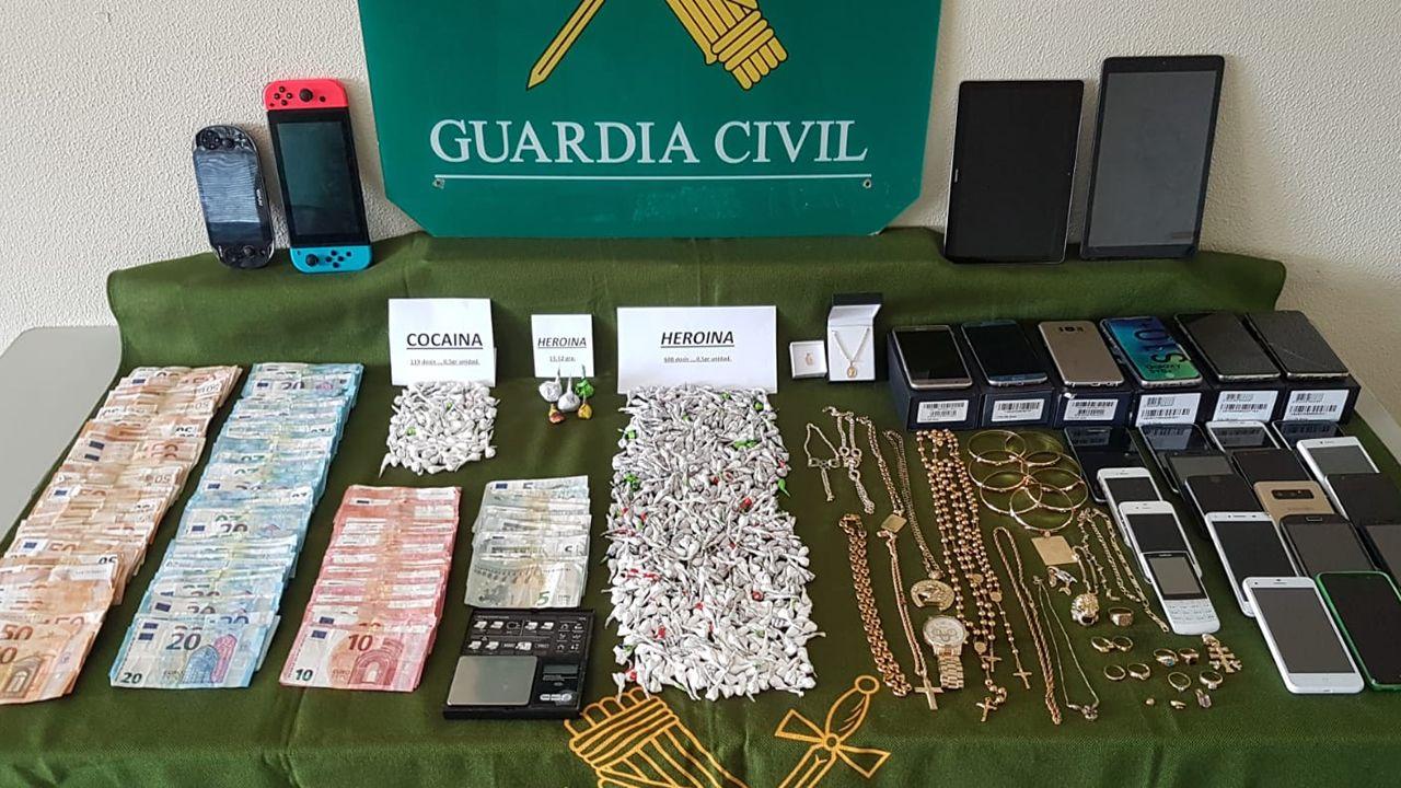 Desmantelan un punto de venta de droga en Arteixo y detienen a tres personas.Los agentes consideran un «jarro de agua fría» la detención del jefe de la Policía Judicial de Algeciras
