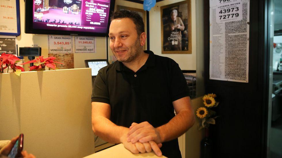 José Manuel Brea, del bar O Noso Bar, que vendió por máquina un décimo del 22259, quinto premio de la lotería