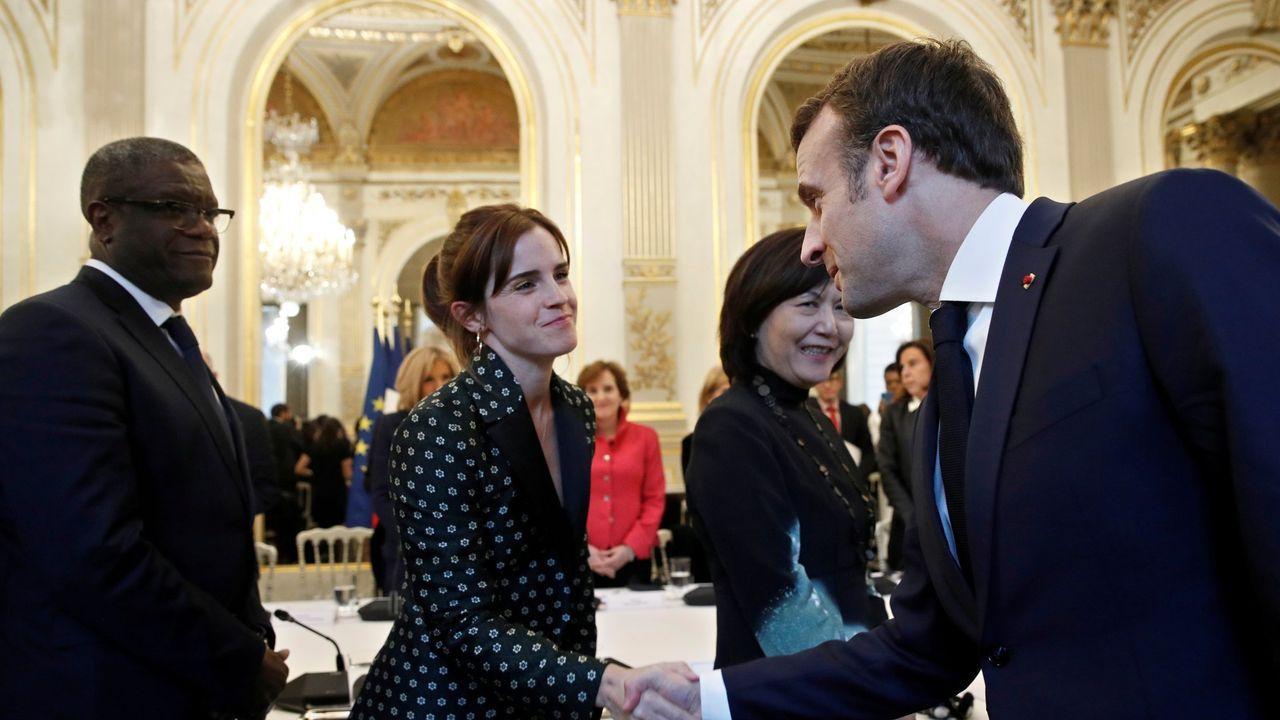 Emma Watson saluda a Emmanuel Macron en el Palacio del Elíseo, en París.
