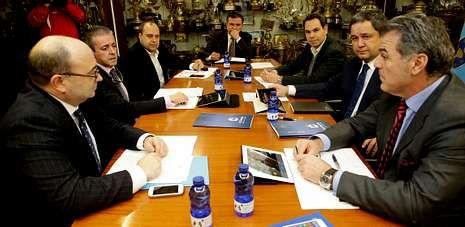 Las altas y las bajas del mercado invernal.Los seis consejeros del Deportivo y el administrador concursal, al fondo, antes de celebrarse la primera reunión de la nueva era.