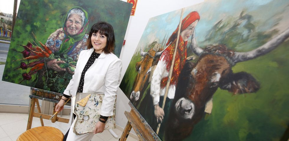 Mónica Mon, ayer en Sanxenxo, con algunas de las obras que conformarán el proyecto artístico en el que trabaja.
