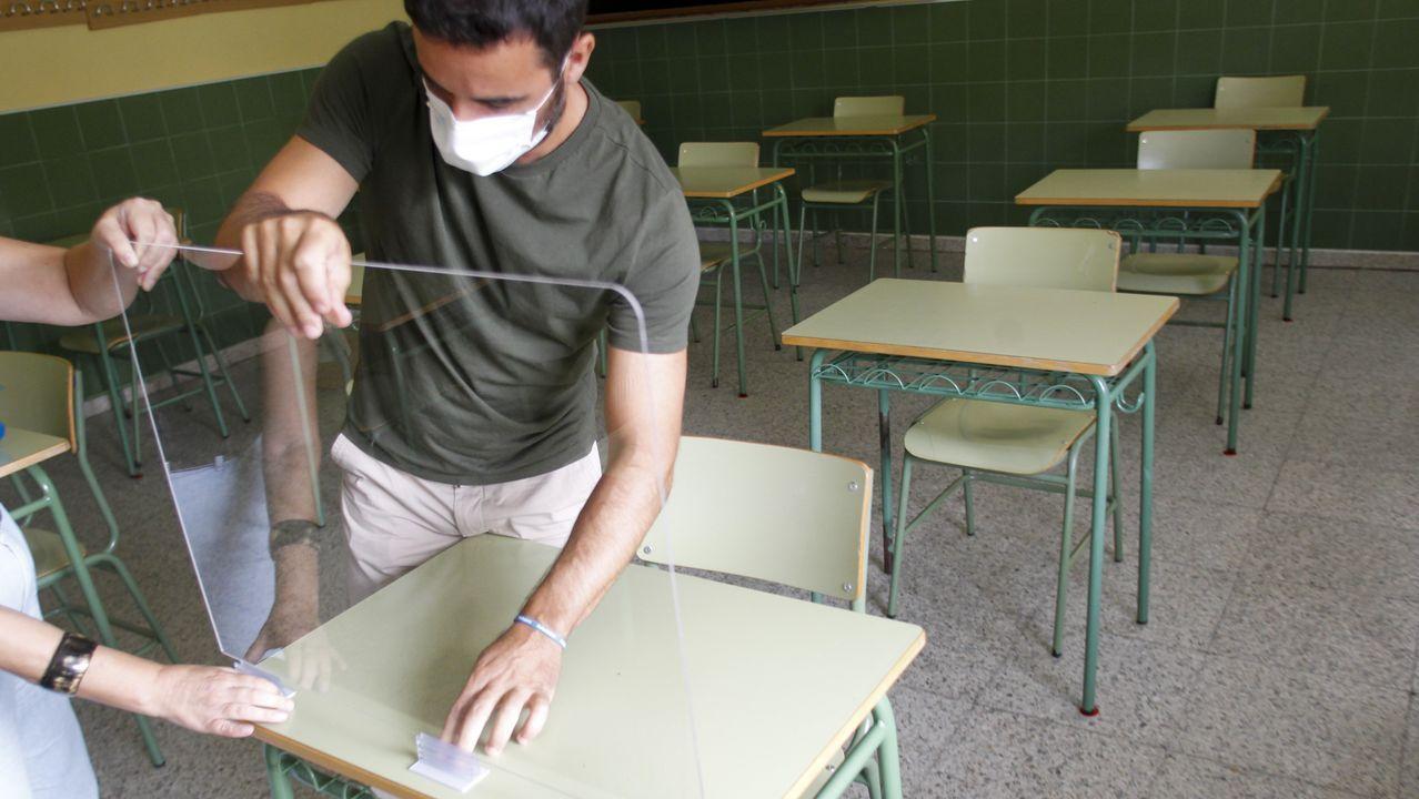 Primer día de clase en los institutos de la comarca de Ferrol.En algunas aulas del IES Sofía Casanova ha sido necesario instalar mamparas