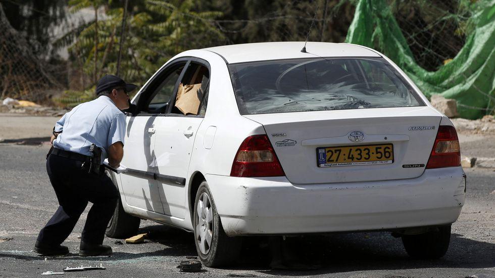 Un policía israelí analiza el coche del tirador