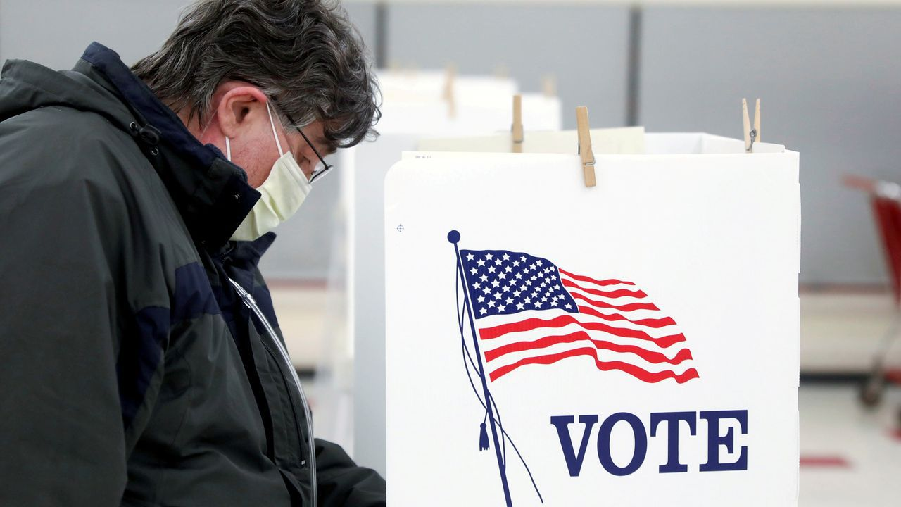 Una votante en un colegio electoral de Illinois