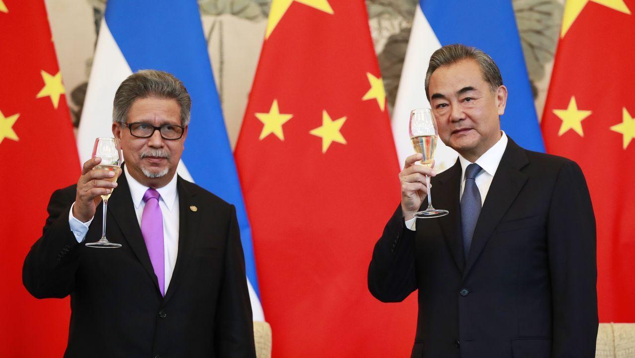 El Canciller de El Salvador Carlos Castañeda, a la izquierda, y su homólogo chino Wang Yi