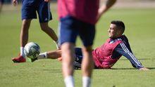 Joselu se tira a por un balón en un entrenamiento