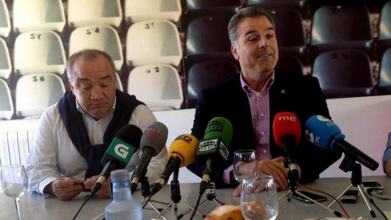 La fiesta del ascenso terminó en control de alcoholemia para Fernando Vázquez.Fernando Vidal (derecha) y Ernesto Bello, durante la rueda de prensa en Abegondo.